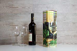 individuell bedruckter Weinkarton mit Weinflasche und Weingläsern